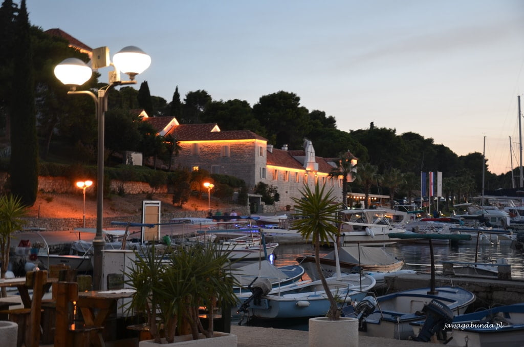oświetlony hotel i zatoczka z jachtami