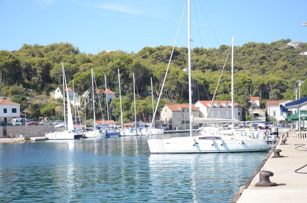 mała zatoka i jachty