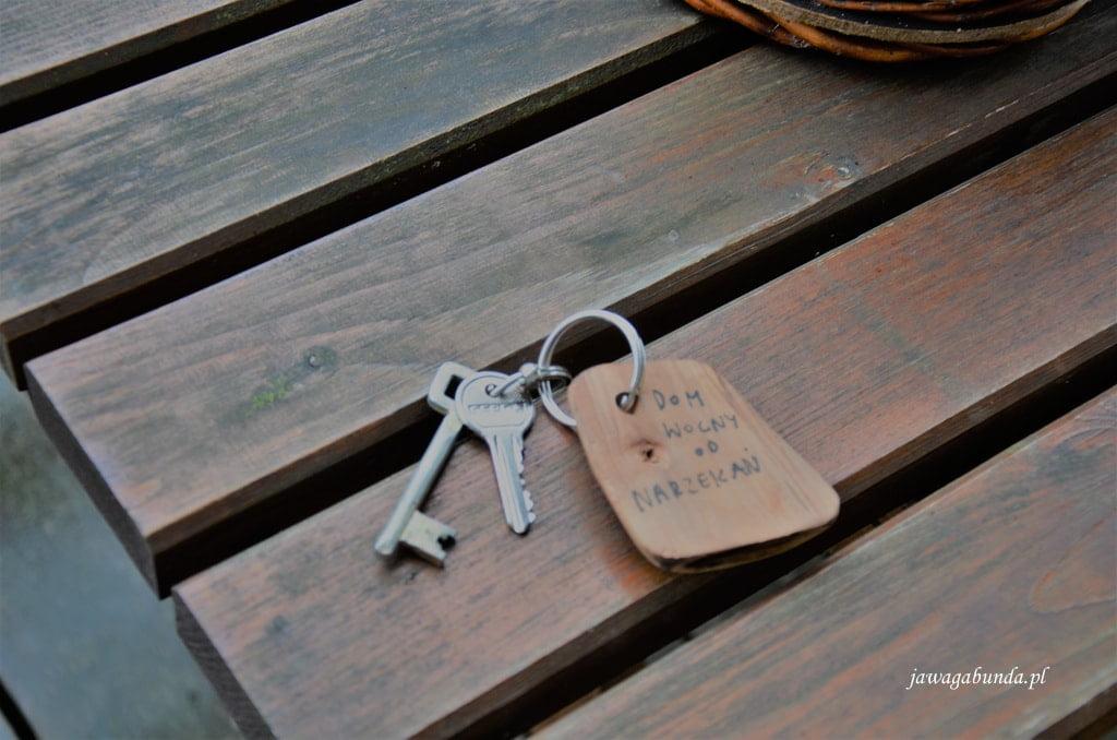 klucz do domu z tabliczką breloczkiem