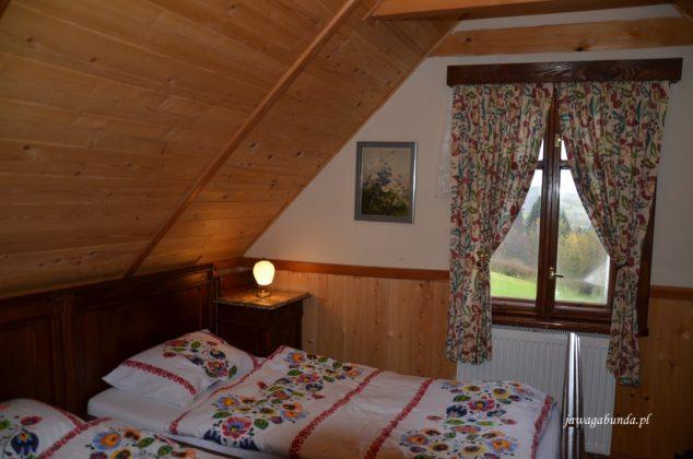 sypialnia w drewnianym domu