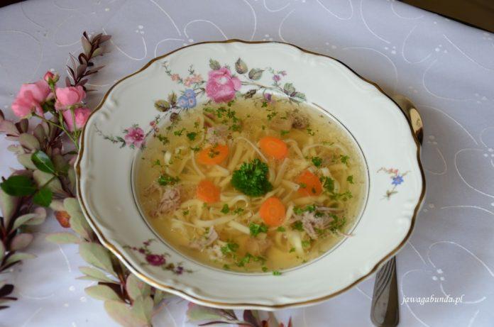 Rosół z gęsi z makaronem podany na talerzu na eleganckim obrusie