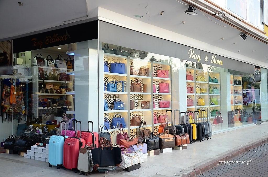torebki w witrynie na tureckim bazarze