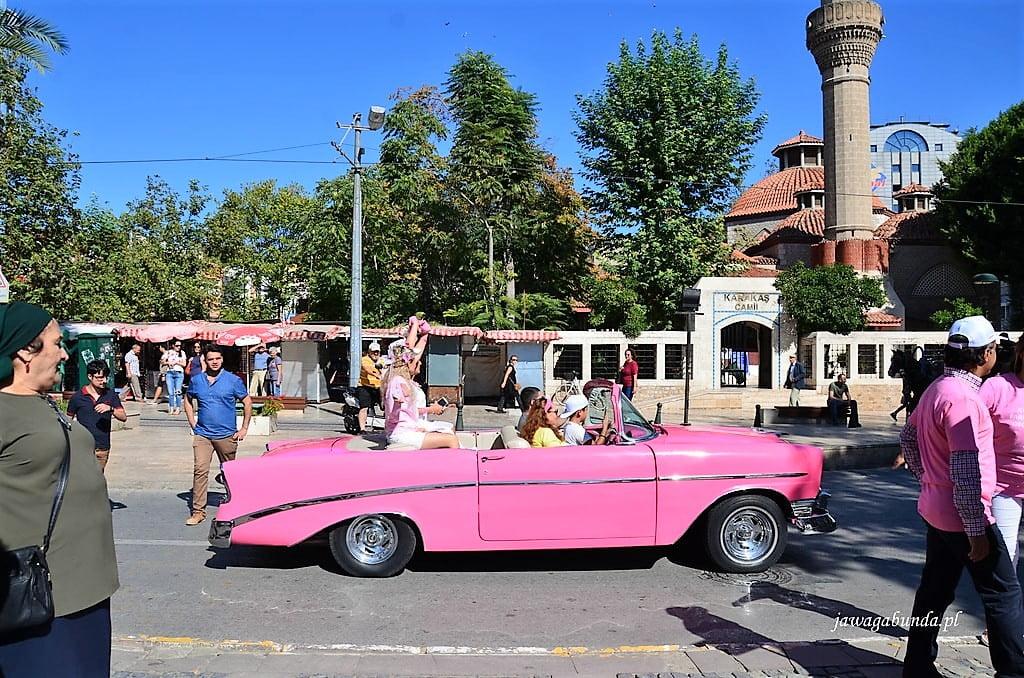 różowy samochód amerykański