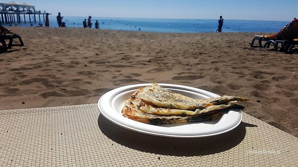 placki tureckie podane na plaży