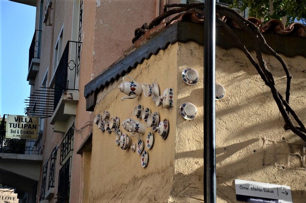 Filiżanki przyczepione do ściany