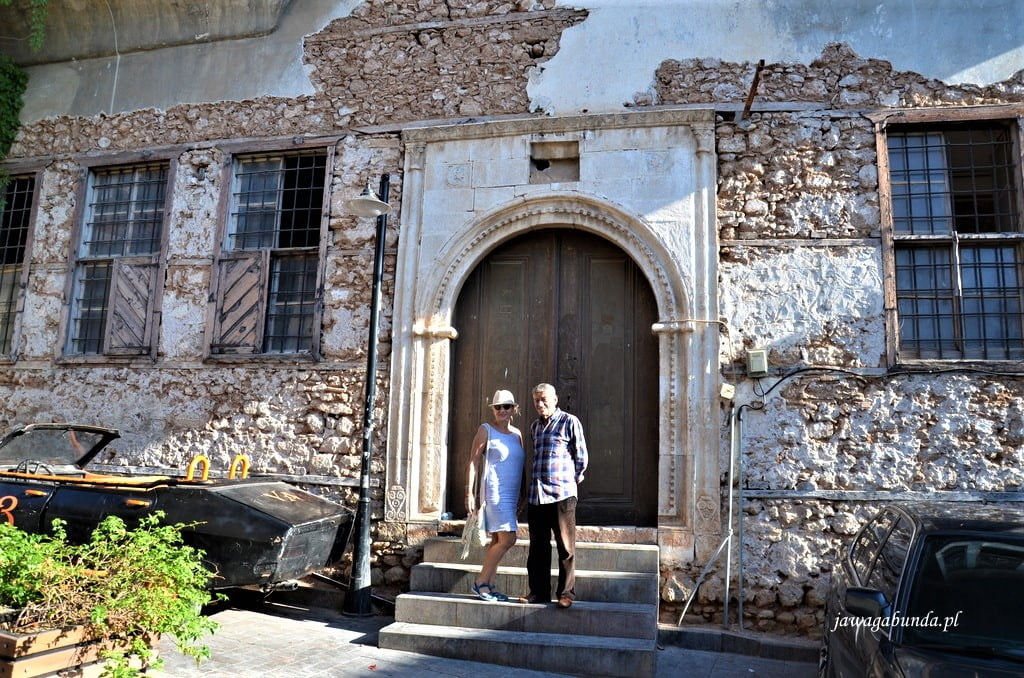 kobieta i mężczyzna na schodach starego pałacu