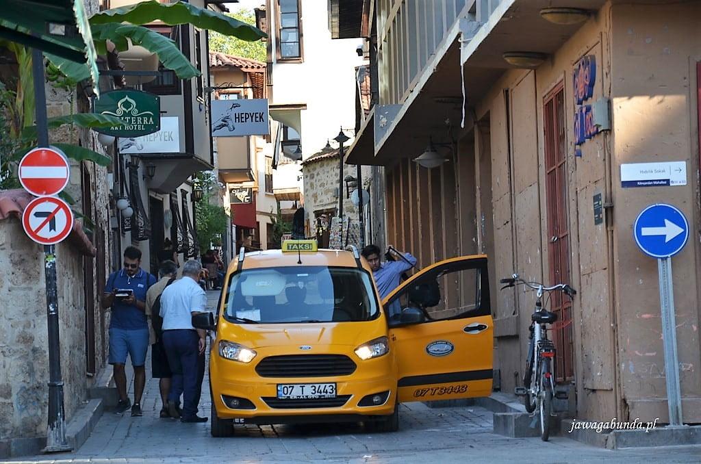 wąska uliczka w starym mieście