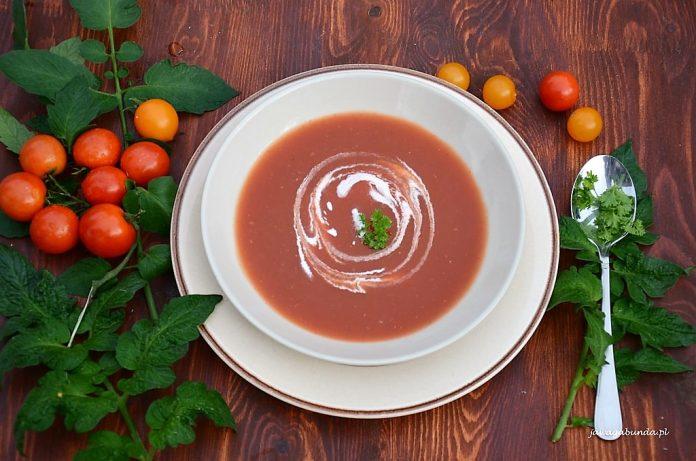 talerz z zupą pomidorową