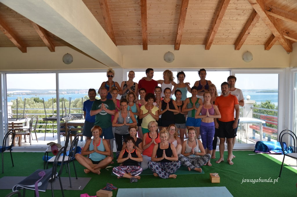 wspólna fotografia uczestników yogi