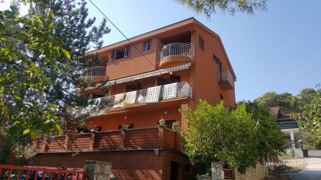 kolorowy dom z balkonem