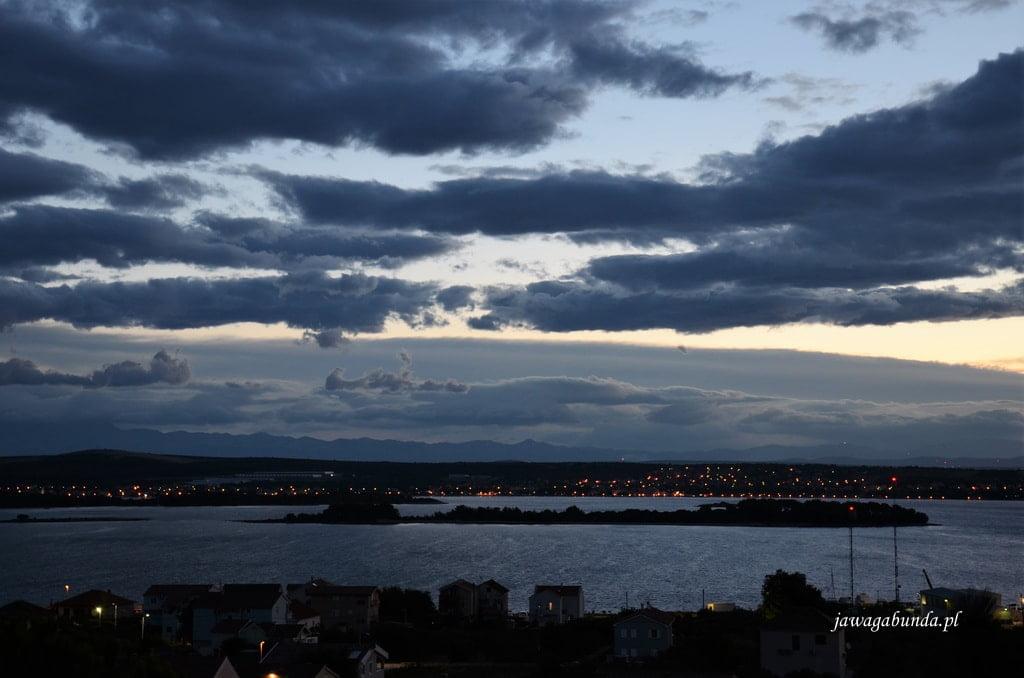 widok na morze i ciemne chmury