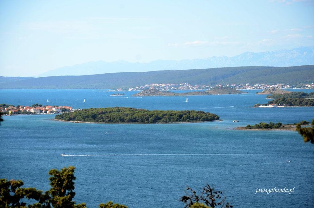 widok na morze i wyspę