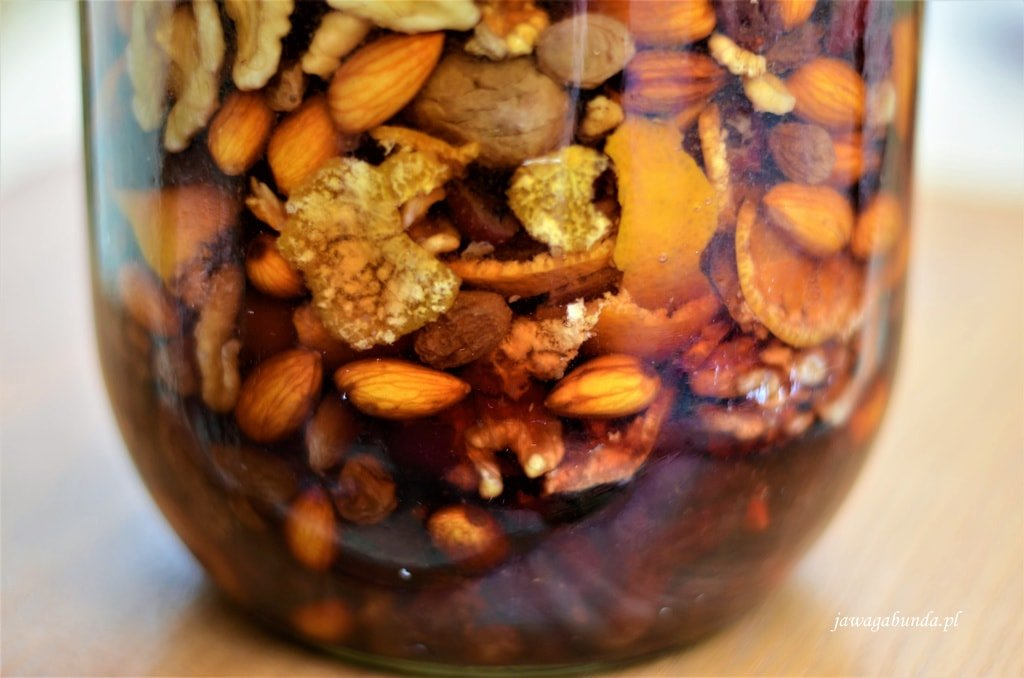 Nalewka na wigilię przygotowywana w dużym słoju. Nalewka z pomarańczą i daktylami nie tylko świetnie smakuje ale też pięknie wygląda.