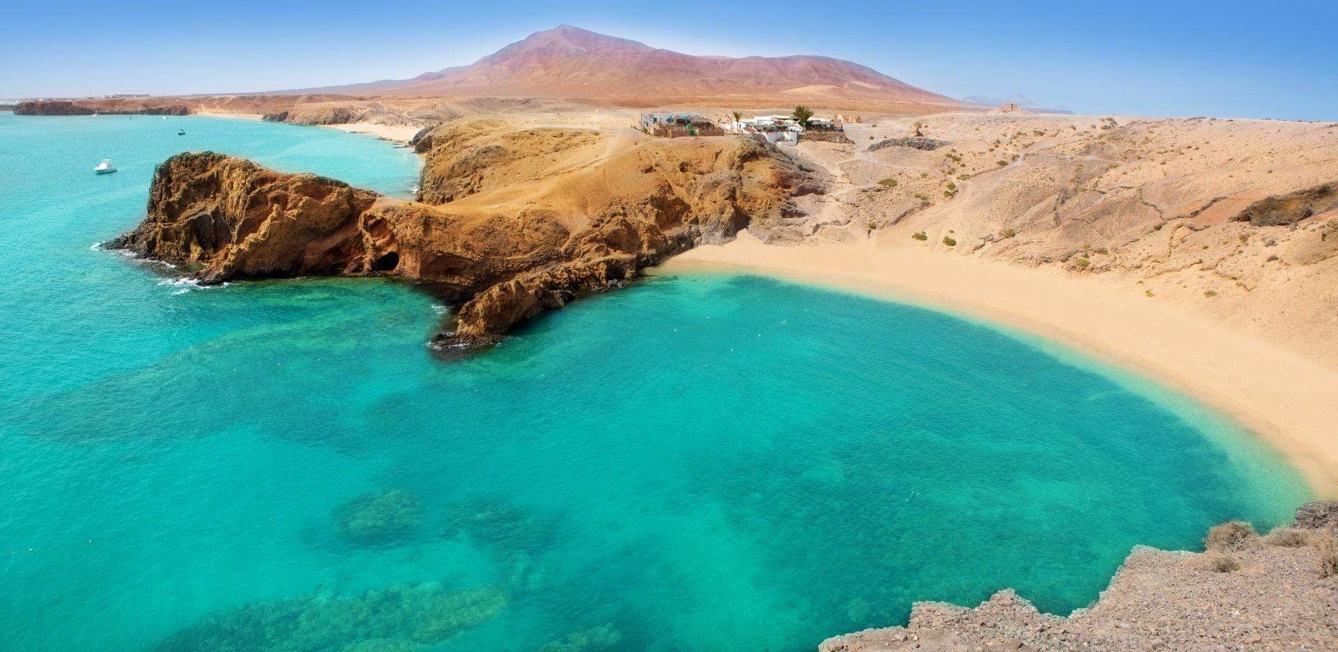 plaża na wyspach kanaryjskich, błękitne morze i skały