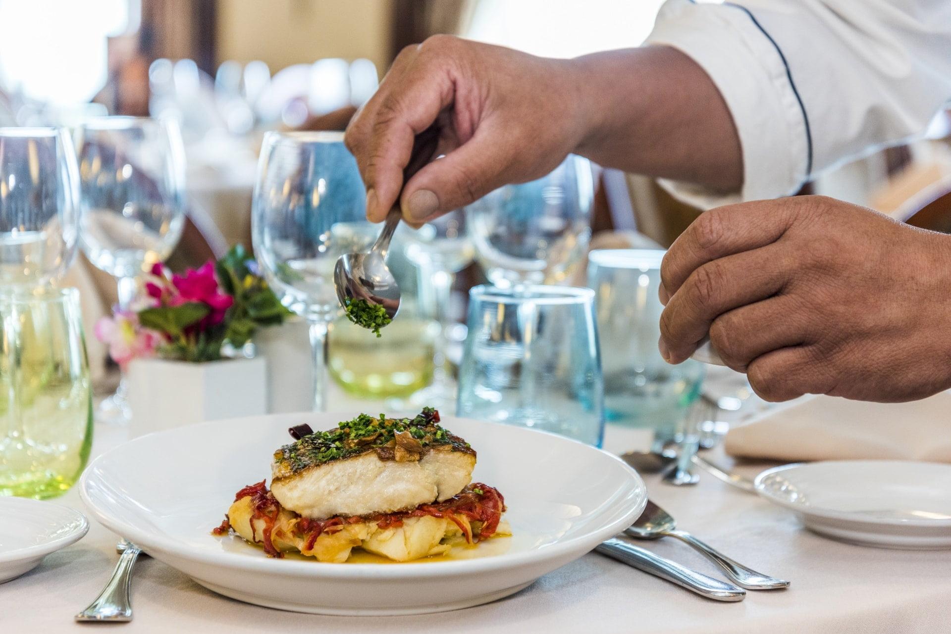jedzenie na talerzu wokół kieliszki