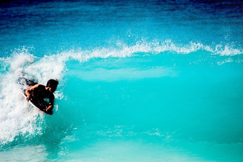 pływanie na desce w błękitnym morzu