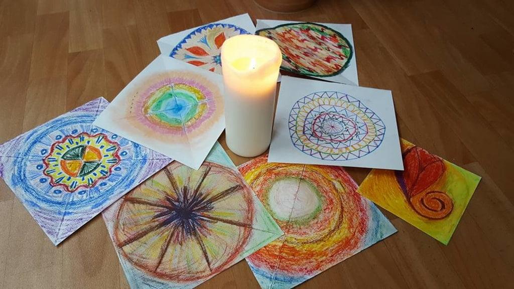 mandale namalowane na kartkach