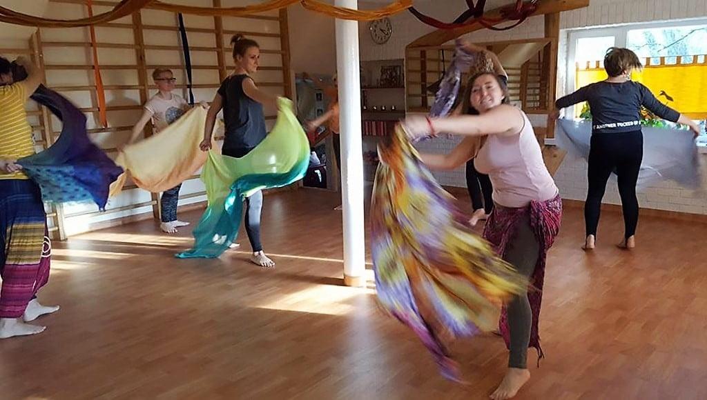 kobiety tańczące z chustami