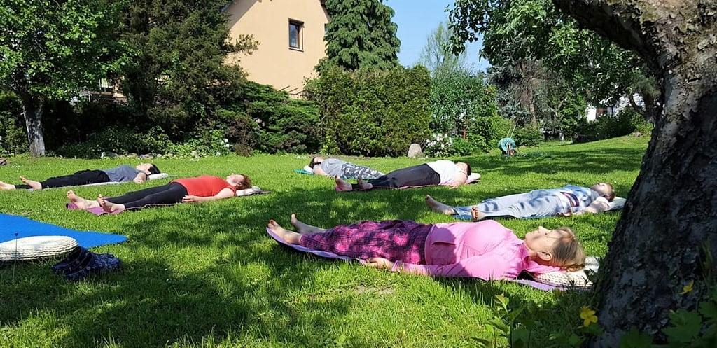 kobiet leżące w sadzie