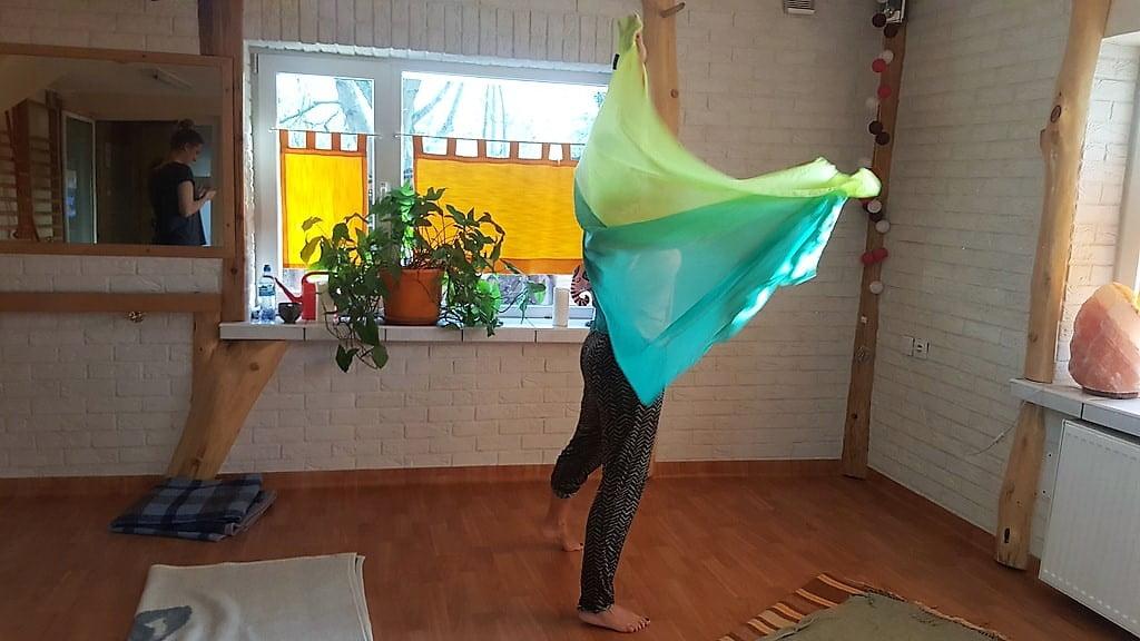 kobieta tańcząca z chustą