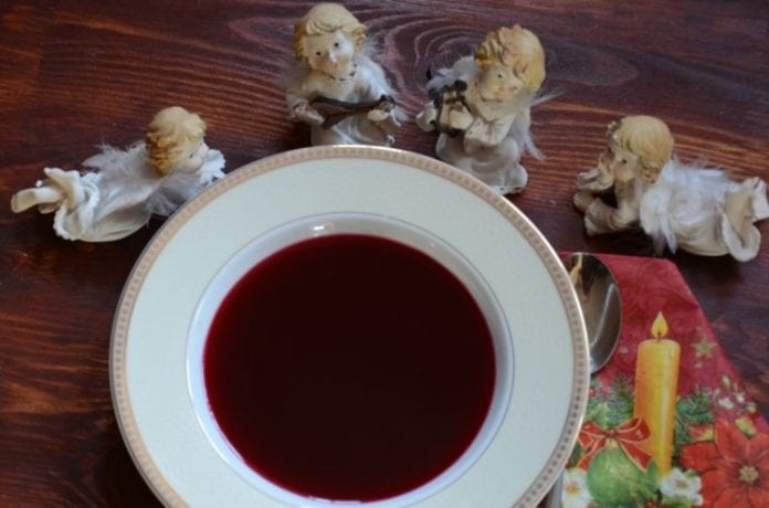 Tradycyjny czerwopny barszcz porzygotowany na zakwasie. Idealny na wigilijny stół.