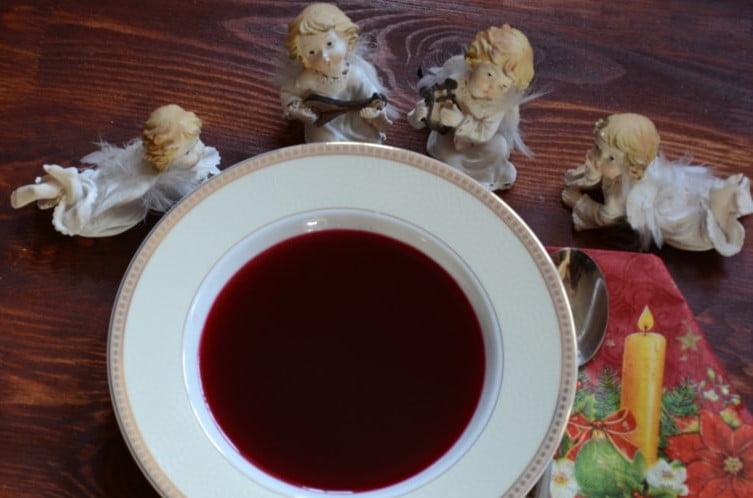 zupa z barszczem wokół figurki aniołków