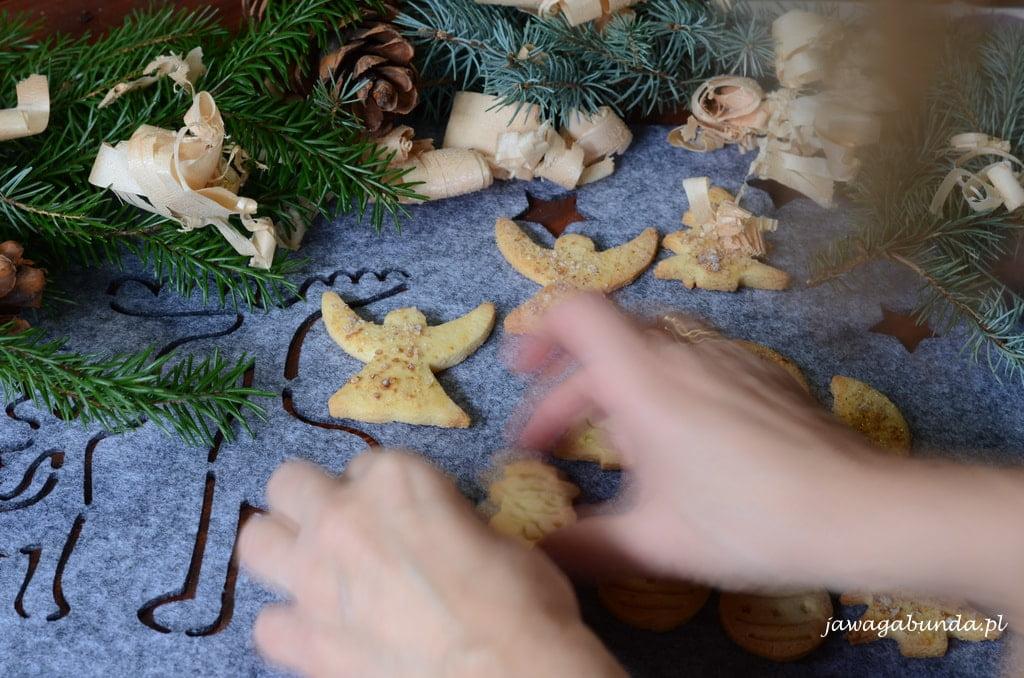ręce które kleją ciasteczka