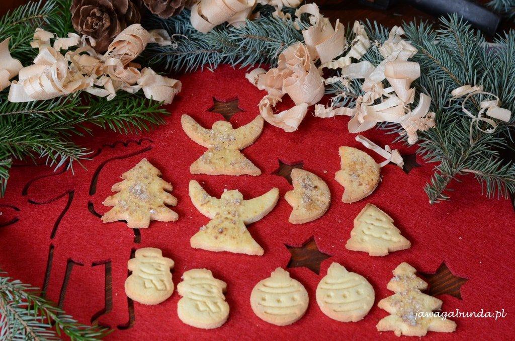 ciasteczka w różnych kształtach w świątecznej dekoracji