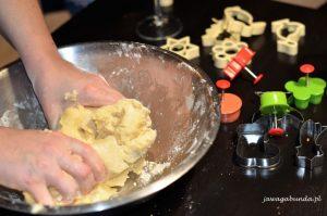 wyrabianie ciasta w misce rękami