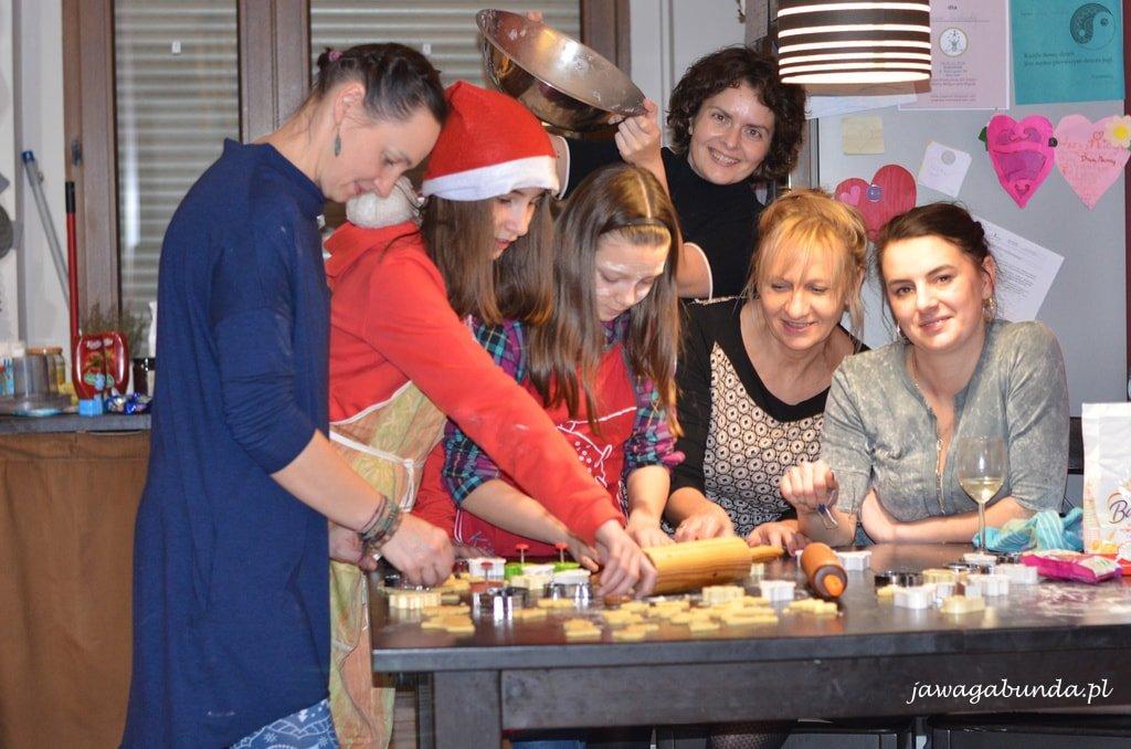 kobiety przy stole pieką ciasteczka