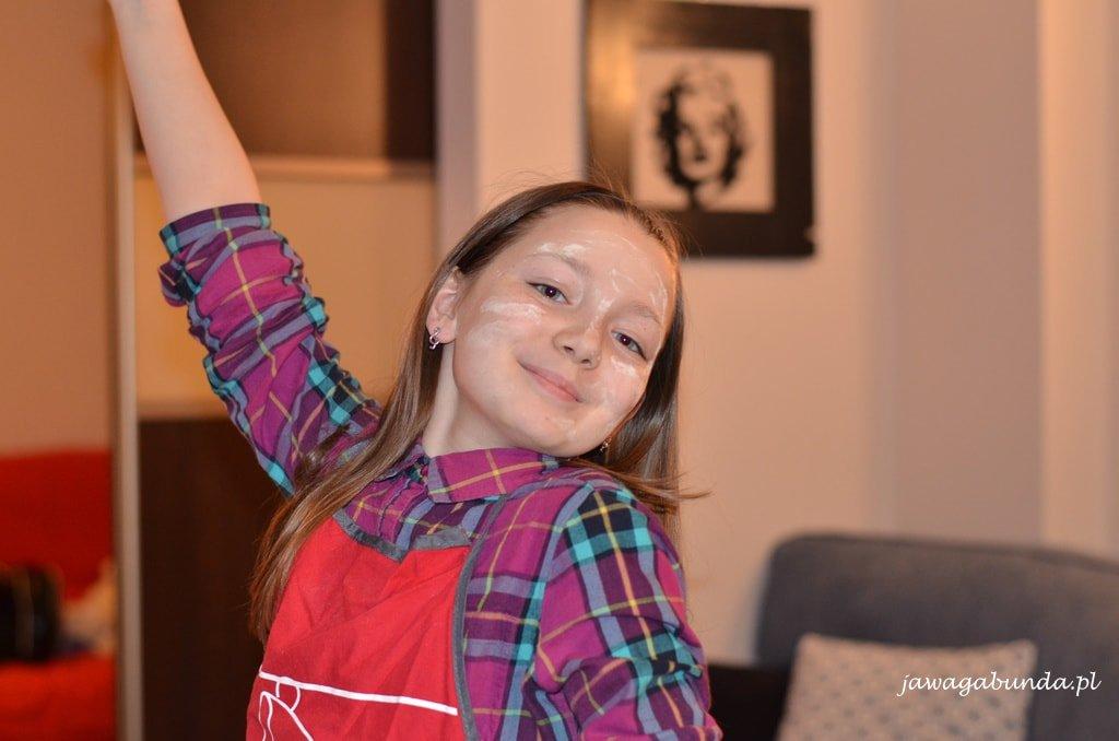 dziewczynka z buzią usmarowaną mąką