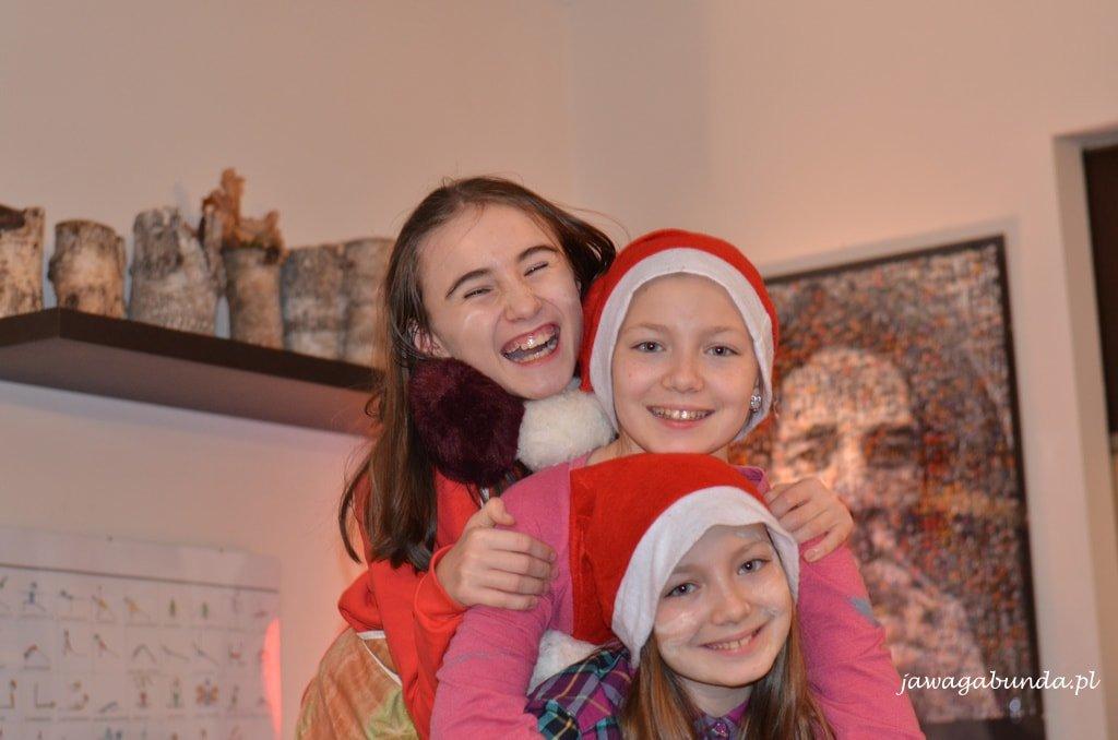 trzy roześmiane dziewczyny