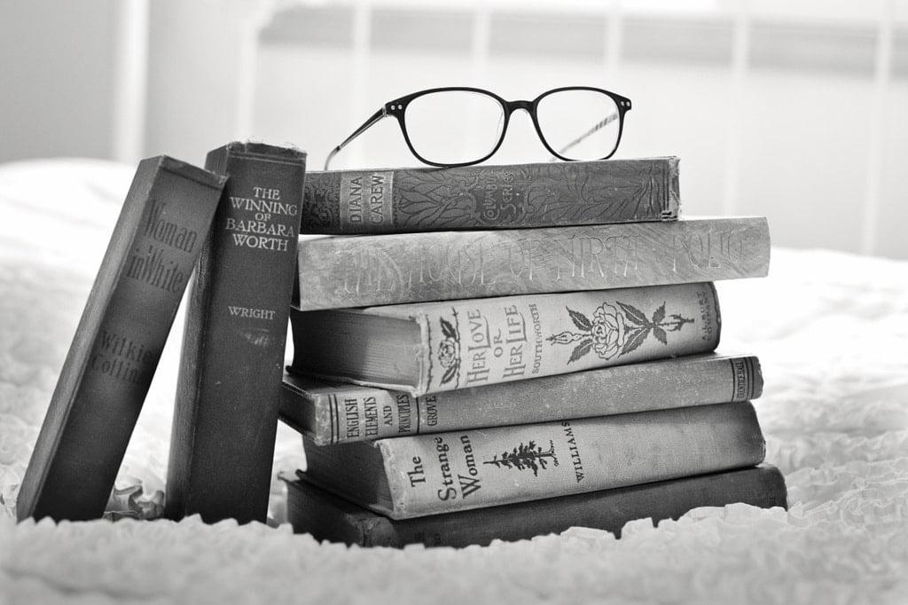 książki w języku angielskim i okulary