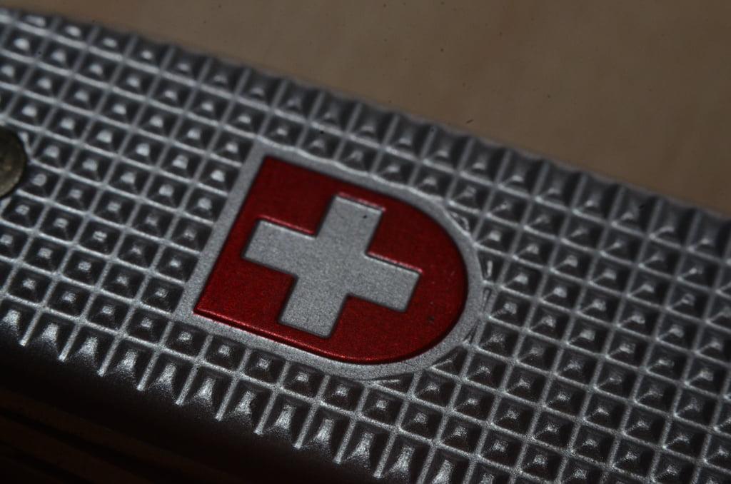 srebrny krzyż na czerwonym tle znak scyzoryka