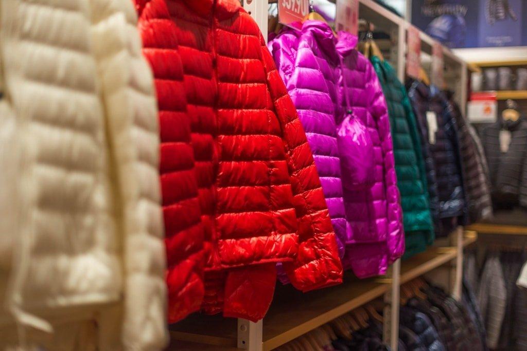 kolorowe kurtki na wieszakach
