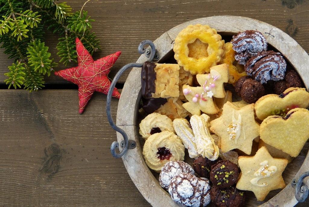 patera ze świątecznymi ciasteczkami