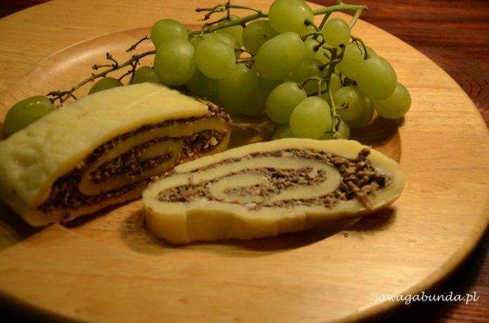Rolada z sera z pieczarkami