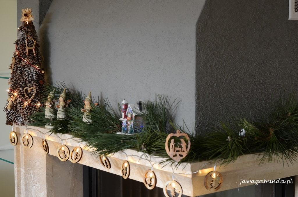 przyozdobiony świątecznie kominek