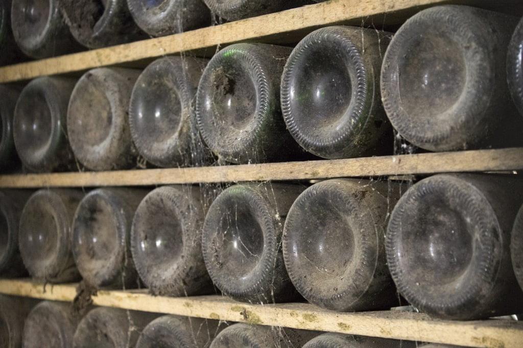 leżakujące butelki szampana