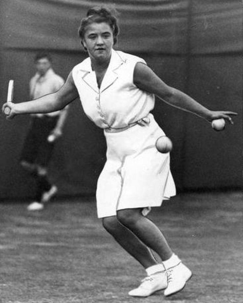 kobiet grająca na korcie w białej sukience