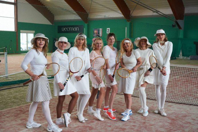 Kobiety w strojach tenisowych retro