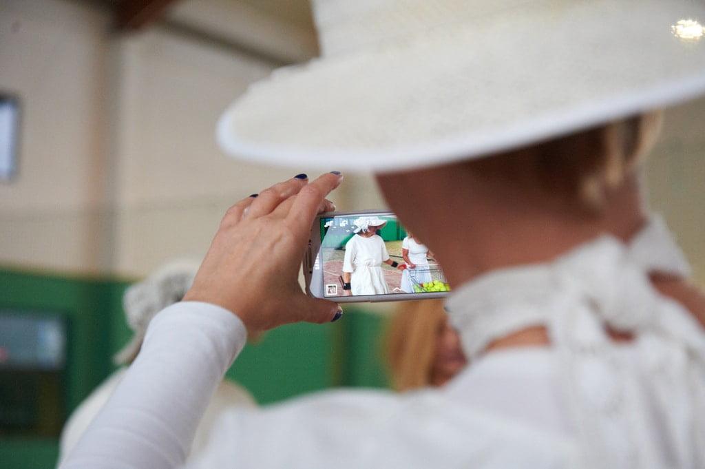 kobieta w kapeluszu i komórka