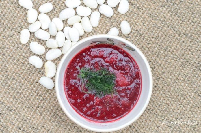 Barszcz cze wegetariański. Zupa o wyrazistym smaku i kolorze.