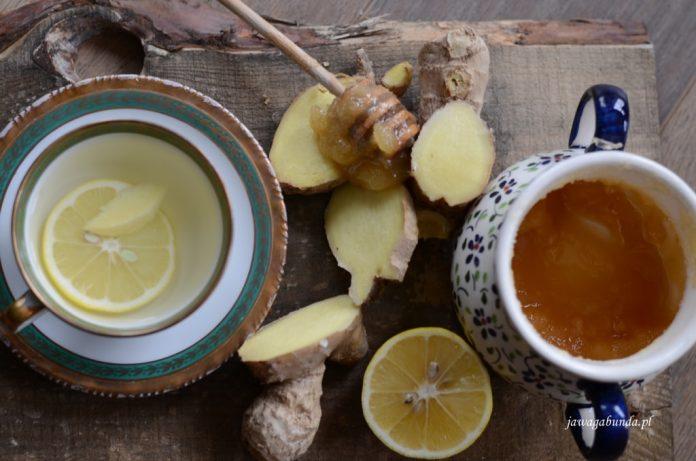 Imbir wraz z cytryną i modem podany w herbacie.