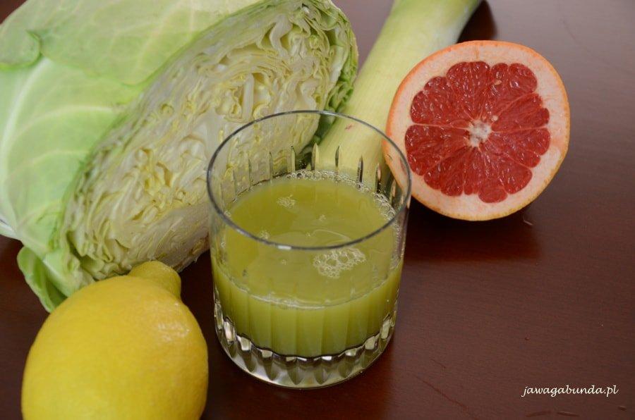 sok w szklance, obok warzywa