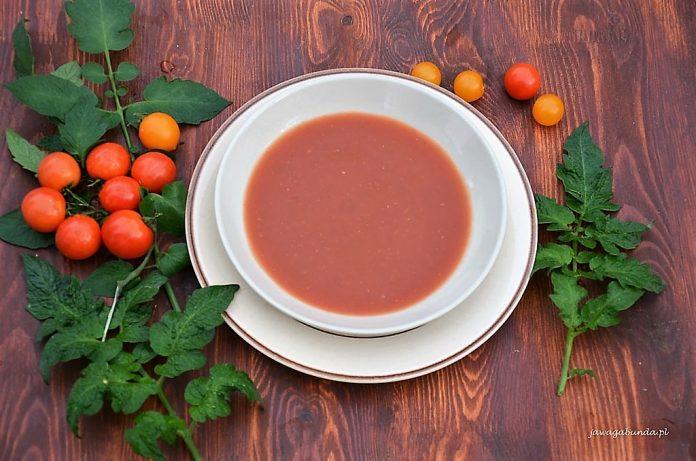 zupa pomidorowa na talerzu