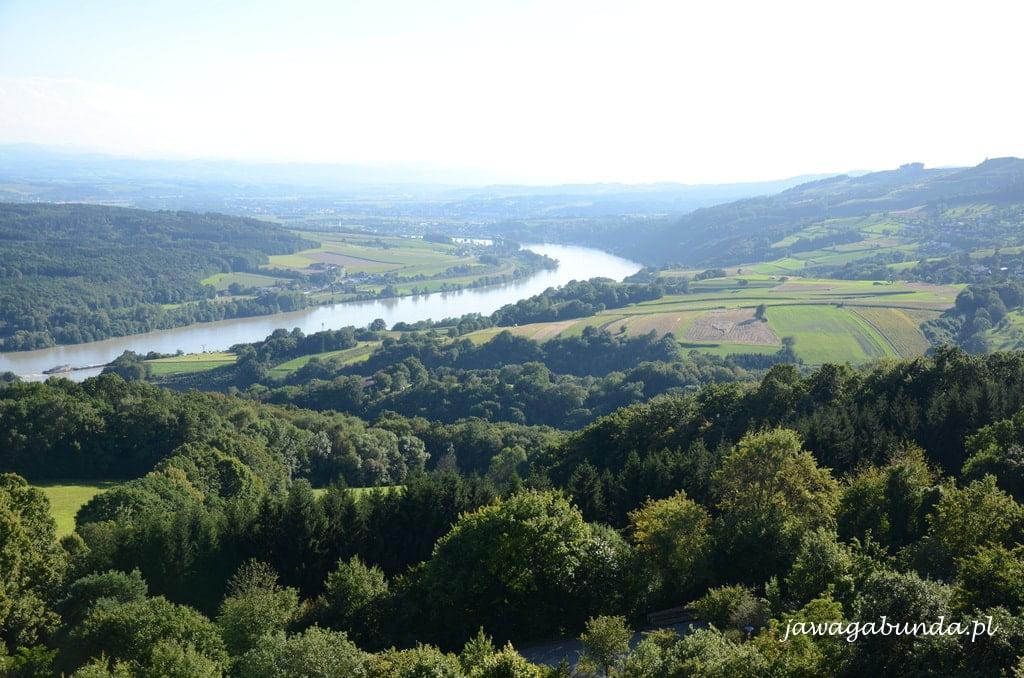 widok na wijącą się w dole rzekę