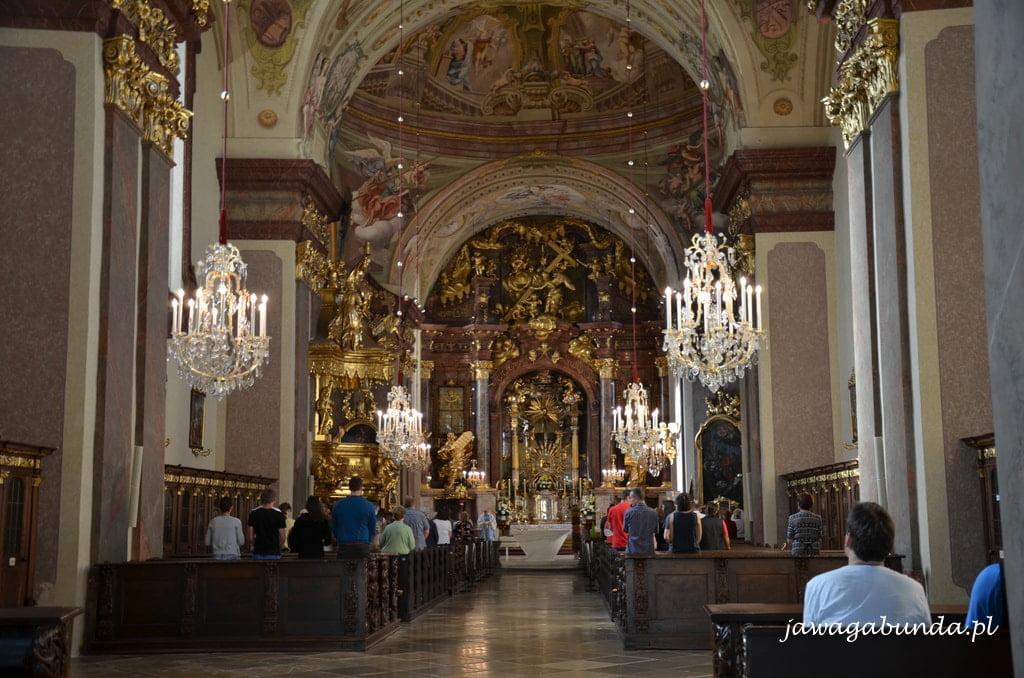 wnętrze barokowego kościoła