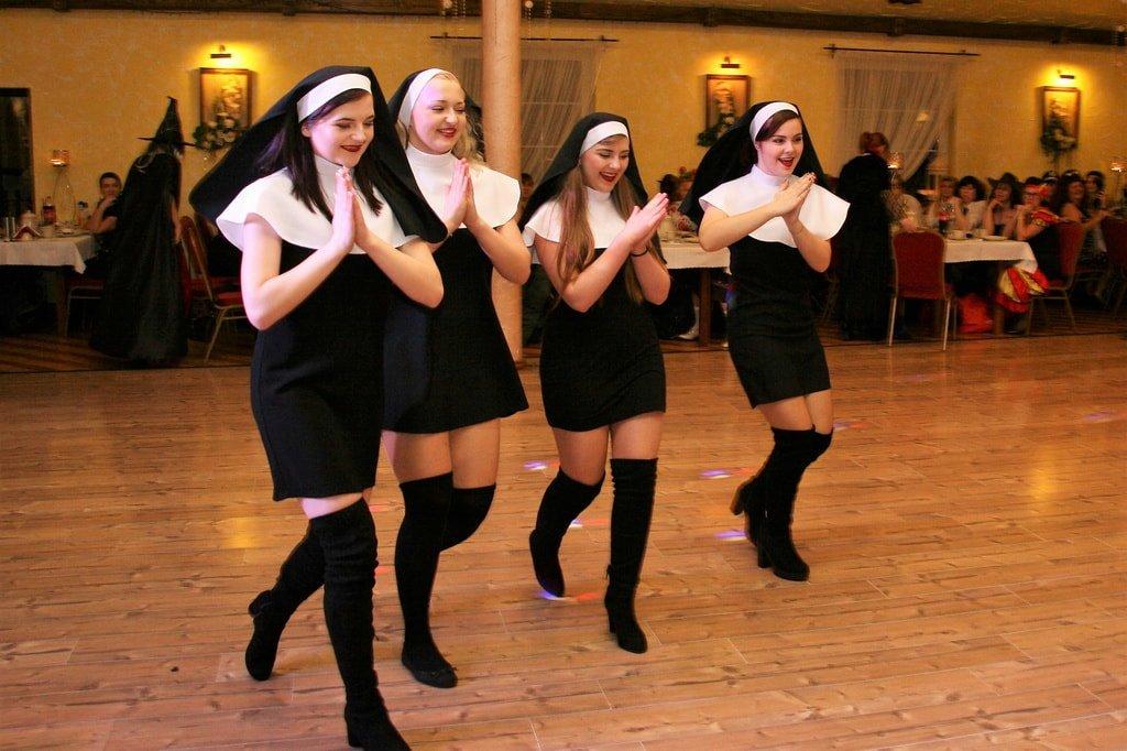 kobiety przebrane za zakonnice