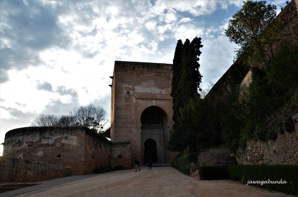 potężna brama w starych murach